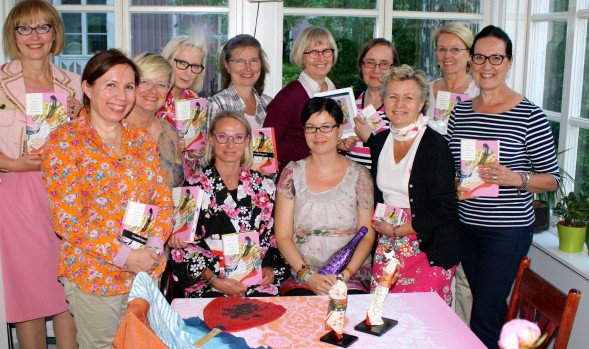 Kirjailija Mia Kankimäki Kirsin Book Clubin vieraana Airin kodissa Kumpulassa kesäkuussa 2014.