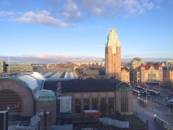 Helsingin rautatieasemakin on päässyt mukaan Murakamin kirjaan. Rautatieasemista lapsuudesta lähtien kiinnostunut Tsukuru Tazaki viettää viimeisen iltapäivänsä Suomessa rautatieasemalla lähteviä junia katsellen.