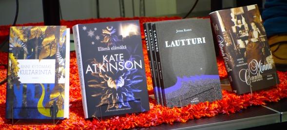 Blogistanian 2014 äänestyksen voittaneet kirjat lavalla Suomalaisessa Kirjakaupassa 26.2.2015