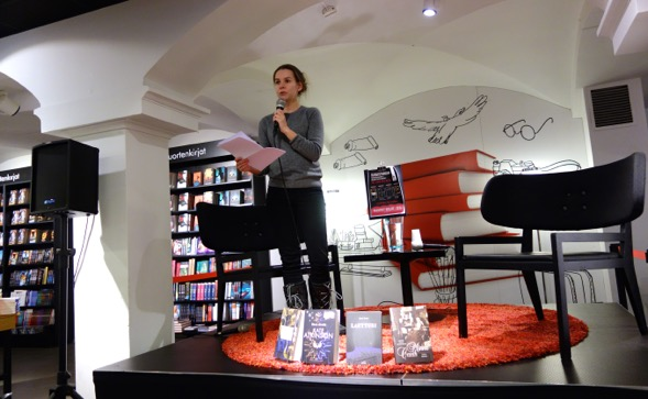 Kirjasfääri-blogin Taika Dahlbom avasi tapahtuman kertomalla, kuinka Blogistania eli kirjabloggariyhteisö oli äänestänyt neljässä eri sarjassa: Finlandia, Globalia, Kuopus ja Tieto.