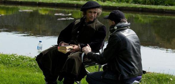 Ohjaaja Peter Kosminsky keskustelee Thomas Cromwellia BBC:n Susipalatsissa esittävän Mark Rylancen kanssa kuvaustauolla. Kuvakaappaus BBC:n ohjelmasivulta.