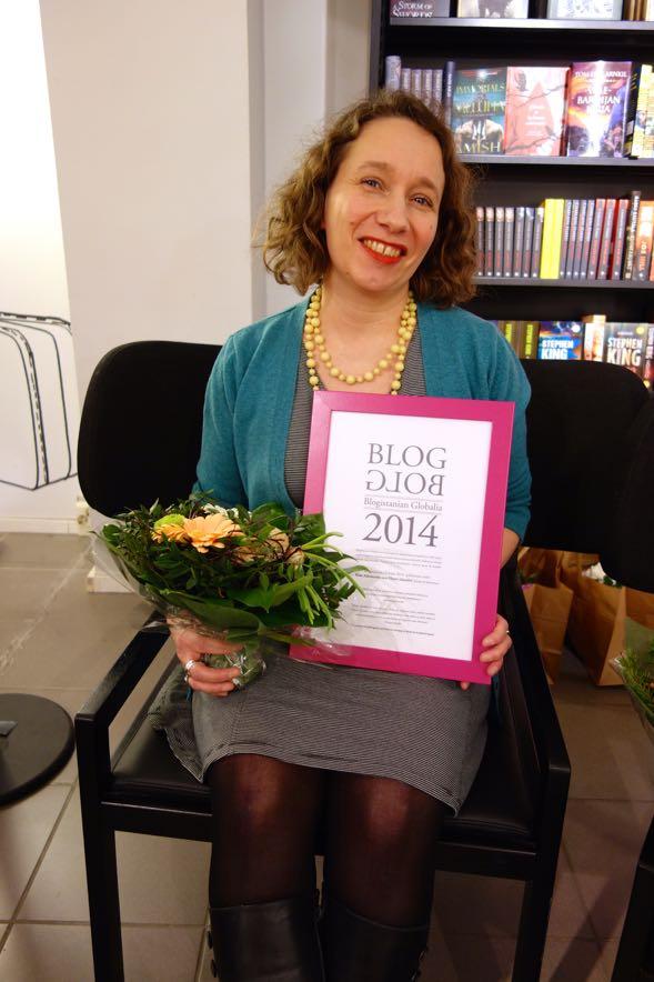 Kate Atkinsonin Elämä elämältä -kirjan kääntäjä Kaisa Kattelus vastaanotti palkinnon ihailemansa kirjailijan puolesta. Uskalsin patistaa häntä ottamaan yhteyttä Kateen, kun selvisi, että Kaisa sattuu olemaan mieheni pikkuserkku!