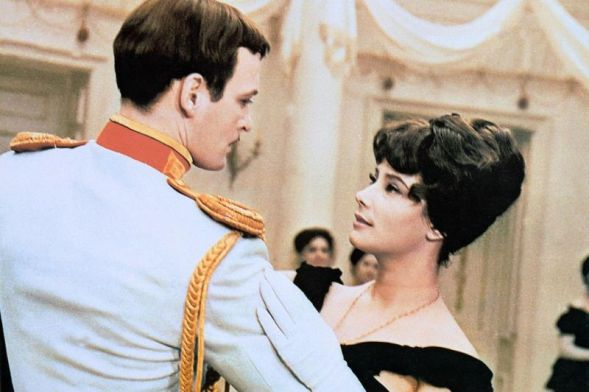 Annan ja Vronskin ensimmäinen tanssi neuvostoliittolaisessa Anna Karenina -elokuvassa: Tatjiana Samoileva ja Vasilki Lanovoyk.