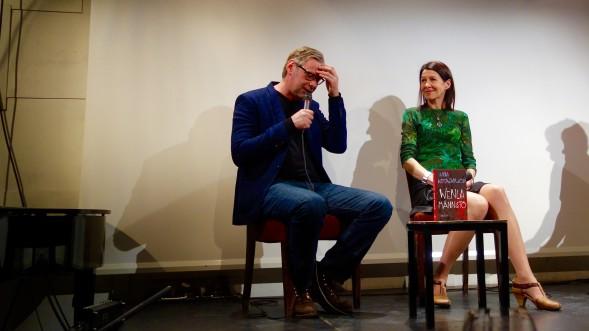 Kansallisteatterin Lavaklubilla Riina Katajavuori ja Alli Jukolan tarinan ohjaaja ja toinen dramatisoija Mika Myllyaho pohtivat kirjan ja teatteriesityksen eroja.