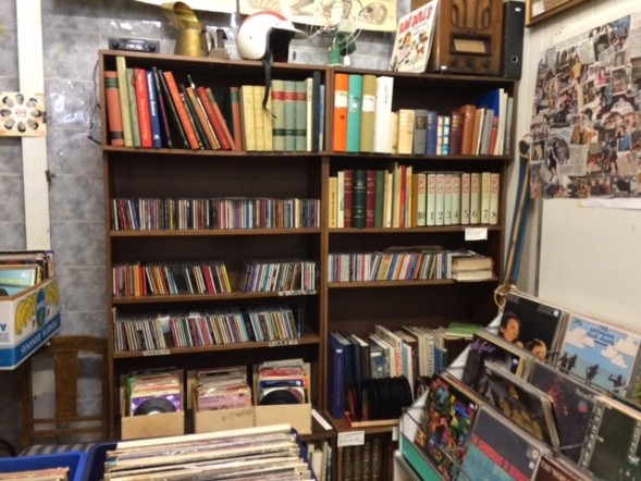 Kirjahylly on Nauvon antiikkikaupasta.