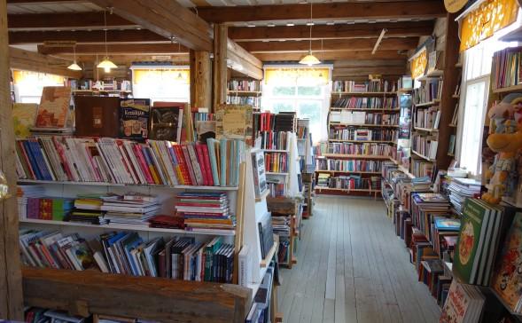 """Sysmän kirjakauppa mainostaa itseään """"Suomen kauneimpana kirjakauppana."""""""