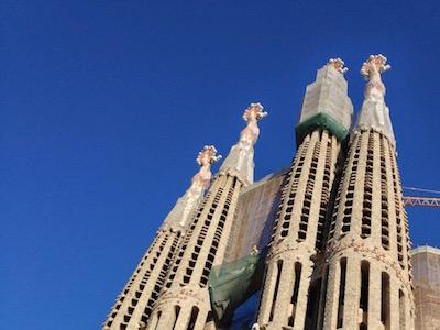 Gaudin suunnitteleman Sagrada Familia -kirkon tornit  Barcelonassa.