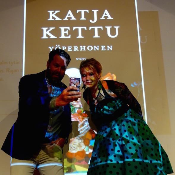 Bonnier Booksin tj Timo Julkunen otti selfien Katja Ketun kanssa.