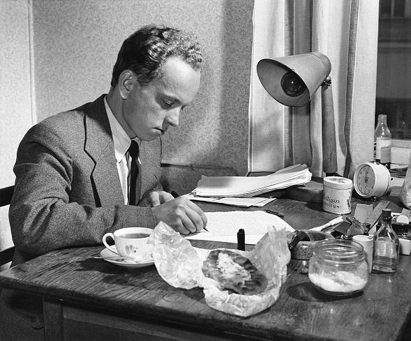Veijo Meri syyskuussa 1957. Peiliin piirretty nainen ilmestyi ensimmäisen kerran vuonna 1963. Kuva Eero Troberg