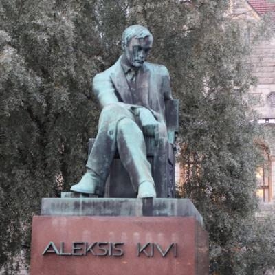 Kivi julkaisi Nummisuutarit omakustanteena vuonna 1864 ja voitti näytelmällä Suomalaisen Kirjallisuuden Seuran kirjoituskilpailun seuraavana vuonna. Kantaesityksensä Nummisuutarit sai 24.9. 1875 Oulussa