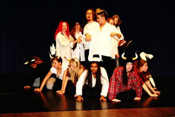 Tyttären luokka Rudolf Steiner koulun lukiossa kirjoitti ja esitti näytelmän 7 Aleksia marraskuussa 2014. Aivan valtavan hieno, vaikka äitinä sanonkin!