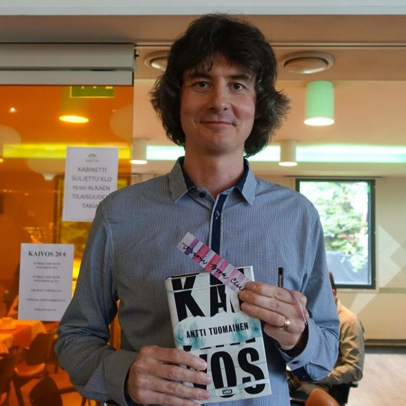 Antti Tuomainen sain Kirsin Book Clubin kirjanmerkin.
