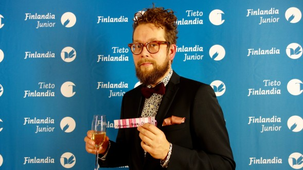 Jussi Karjalainen kertoi lukeneensa Oneironin huolella ennen kannen suunnitteluun ja silkkipaperiin tarttumista.