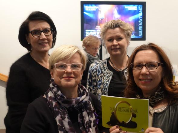 Katsomossa tällä kertaa Maija-Riitta, Sasu, Kirsi ja Airi.