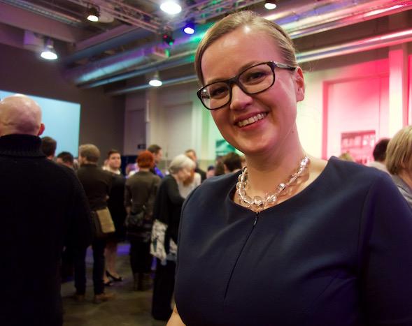 Kaikesta Tommi Kinnusen menestyksestä onnellinen Anna-Riikka Carlsson WSOY:ltä.