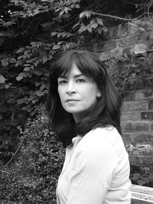 Sadie Jones on alunperin käsikirjoittaja. Hän on itse muokannut Kotiinpaluu-kirjansa kaksiosaisen tv-sarjan käsikirjoitukseksi. BBC esitti sarjan viime kesänä.