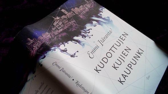 Kirsin Book Clubin maaliskuun 2016 lukupiirikirjana oli Emmi Itärannan Kudottujen kujien kaupunki