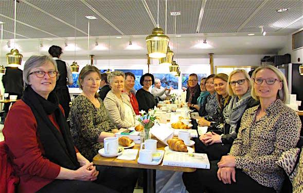 Kirsin Book Club oli Akateemisen Kirjakaupan vieraana Café Aallossa. Pöydän päässä oikealla tj Venla Silanterä.