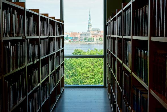 Kirjasto avautuvat upeat maisemat Riian vanhaan kaupunkiin.