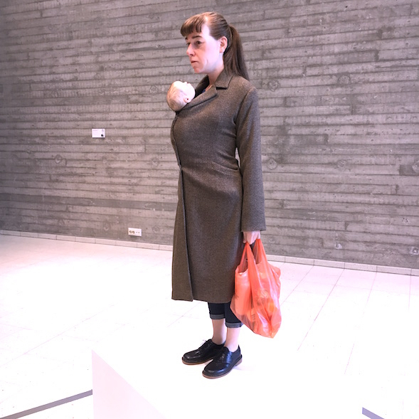 Ron Mueck: Woman with Shopping / Nainen ostoksineen (2013)