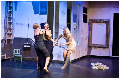 Edellisen kerran pääkaupunkiseudulla esitettiin Kolmea sisarta Kom-teatterissa Lauri Maijalan ohjauksena.