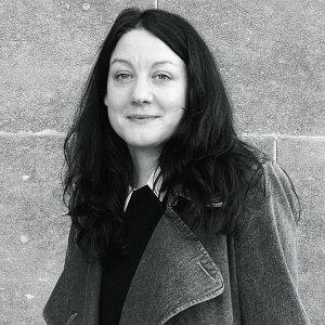 Helen Macdonald on historioitsija, tutkija ja kirjailija ja lapsesta asti ollut kiinnostunut haukoista ja haukkametsästyksestä. Kuva Marzena Pogorzaly.
