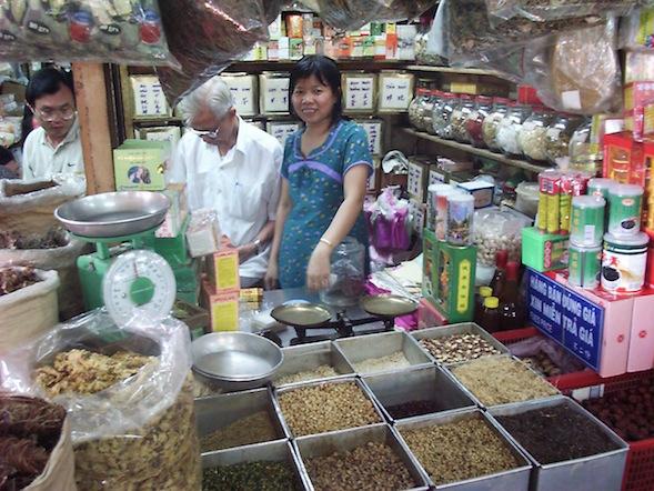 Tässä vietnamilainen torikoju, jossa vasemmalla kuivattuja sieniä. Kuva vuodelta 2000, jolloin asuin Ho Chi Minh Cityssä.