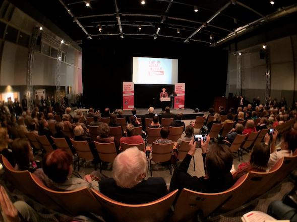 Auditorio oli ääriään myöten täynnä messujen avajaisissa. Puheenvuorossa Tarja Halonen.