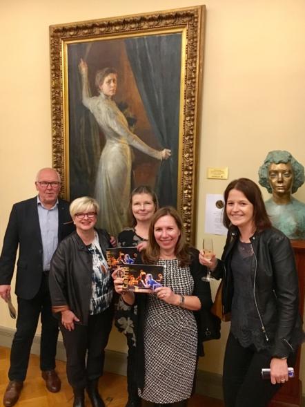 Tässäkin kuvassa Ida Aalberg kaappaa pääosan. Airi, Minna ja Kirsi Kirsin Book Clubista. Tanja on lainassa logista Aina joku k