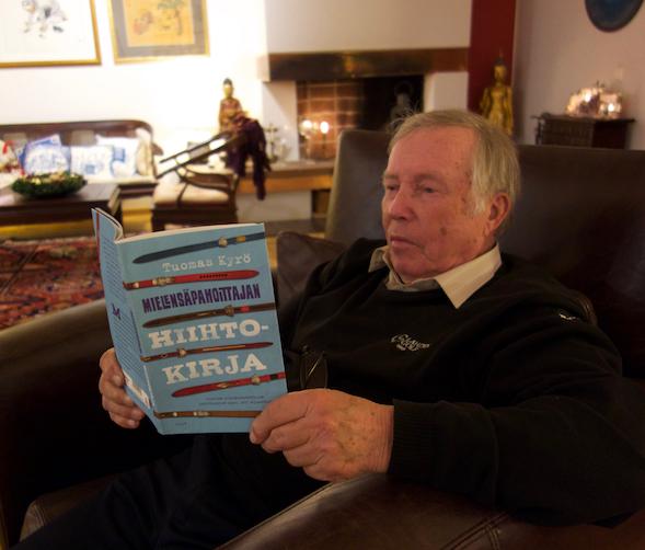 Isäni tutustuu Mielensäpahoittajan hiihtokirjaan. Kirjassa hänestä käytetään nimeä Kärkis-Jussi.